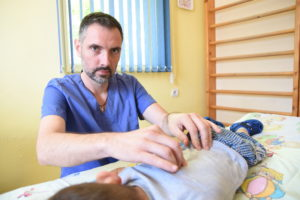 Боуен терапевтът Радослав Георгиев с един от малките си клиенти.